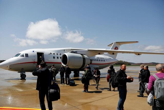 Hành khách lên máy bay của hãng hàng không Triều Tiên Air Koryo tại sân bay ở Bình Nhưỡng (Ảnh: Reuters)