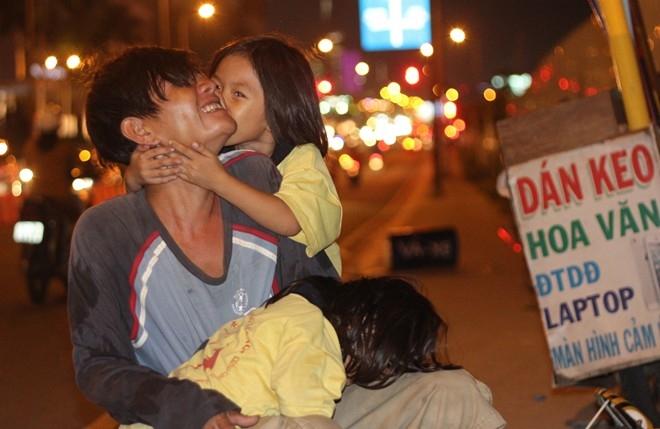 Ngoài Quốc Tuấn, ngoài kia cũng còn nhiều người cha vĩ đại theo một cách khác, như cha nghèo chở con đi học này - Ảnh 7.