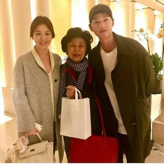 Song Hye Kyo lộ bụng khi xuất hiện cùng Song Joong Ki, nghi vấn đã mang thai - Ảnh 1.