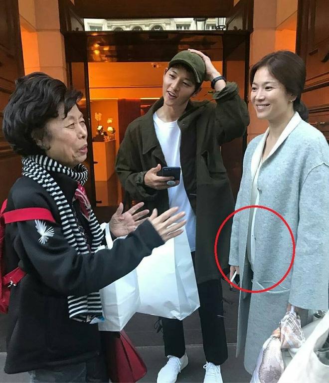 Song Hye Kyo lộ bụng khi xuất hiện cùng Song Joong Ki, nghi vấn đã mang thai - Ảnh 3.