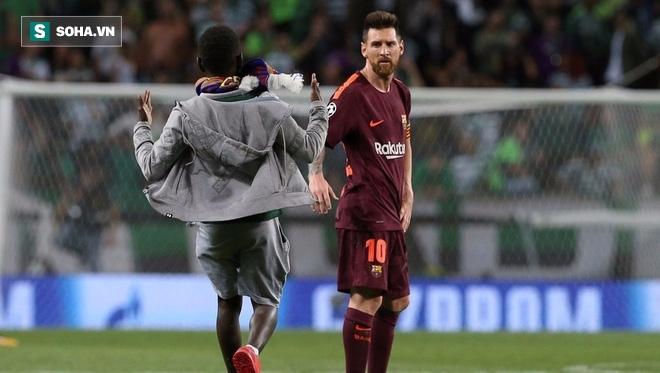 Trong tiếng gào thét Ronaldo từ khắp khán đài, fan cuồng lao vào hôn chân Messi - Ảnh 1.