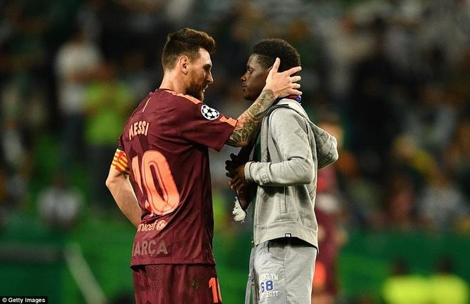 Trong tiếng gào thét Ronaldo từ khắp khán đài, fan cuồng lao vào hôn chân Messi - Ảnh 2.