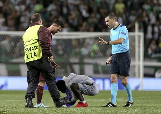 Trong tiếng gào thét Ronaldo từ khắp khán đài, fan cuồng lao vào hôn chân Messi - Ảnh 3.
