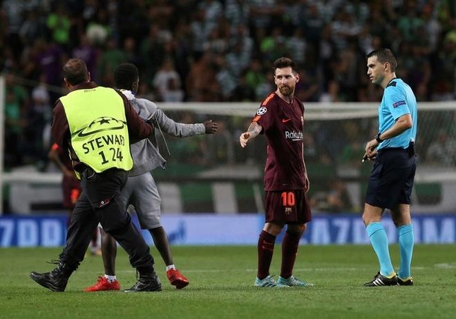 Trong tiếng gào thét Ronaldo từ khắp khán đài, fan cuồng lao vào hôn chân Messi - Ảnh 4.