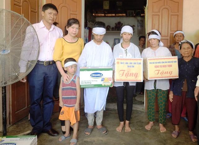 Đoàn công tác tới thăm hỏi và tặng quà gia đình anh Nguyễn Thu Lộc – người đã gặp tai nạn và mất trong quá trình giúp dân khắc phục hậu quả của cơn bão tại tỉnh Hà Tĩnh.
