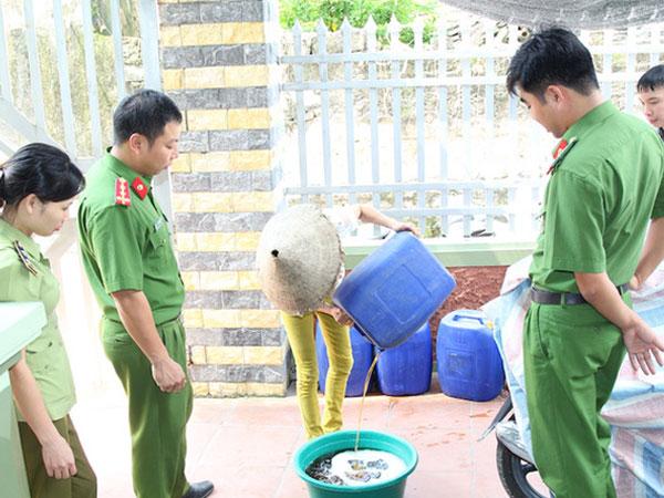 Hà Nam: Hơn 100 lít rượu ba kích, ngô, táo méo làm từ phẩm màu và methanol