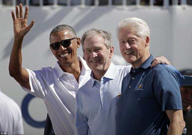 3 cựu Tổng thống Barack Obama, George W. Bush và Bill Clinton đã cùng mặc áo có logo của Presidents Cup khi tới tham dự sự kiện thể thao quốc tế này. (Ảnh: AP)