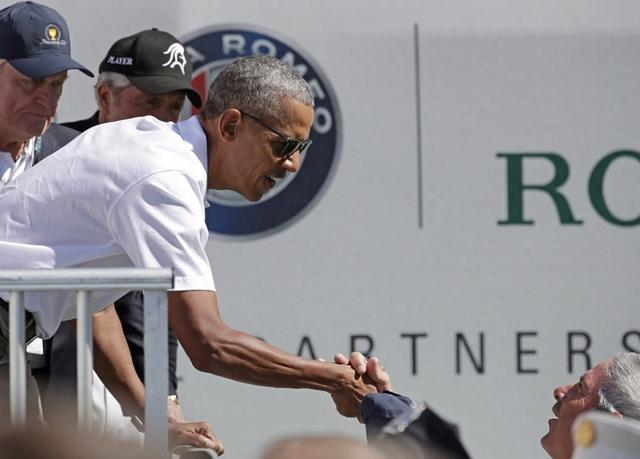 Các cựu Tổng thống đã bắt tay, trò chuyện và chụp ảnh cùng người dân ngay tại sân golf. (Ảnh: Reuters)