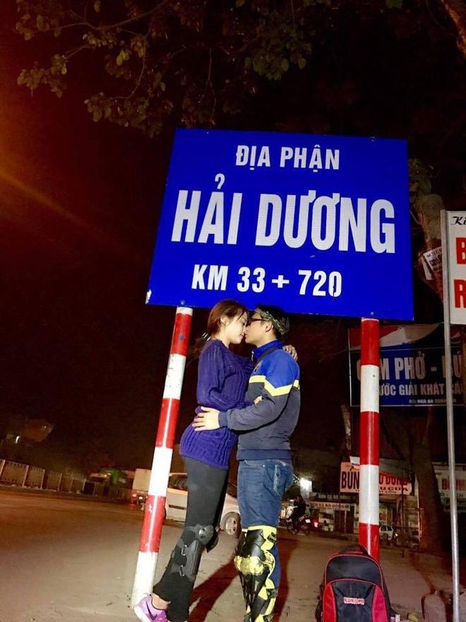 Cặp đôi hôn nhau trên từng cây số: Đi xuyên Việt, đến đâu cũng chỉ chụp đúng 1 kiểu ảnh - Ảnh 1.