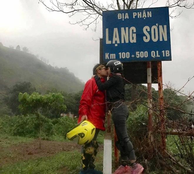 Cặp đôi hôn nhau trên từng cây số: Đi xuyên Việt, đến đâu cũng chỉ chụp đúng 1 kiểu ảnh - Ảnh 9.