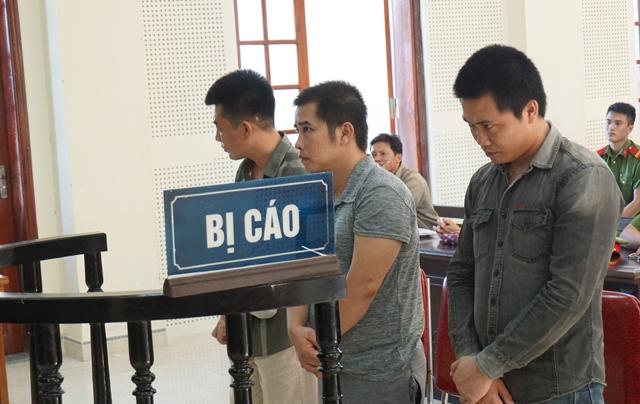 Nguyễn Duy Cương (đứng giữa) cùng Đinh Quốc Thắng và Trần Văn Tùng tại phiên tòa phúc thẩm