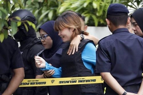 Đoàn Thị Hương được đưa tới tòa án hồi tháng 4. Ảnh: AP.