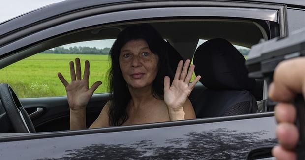 Nếu thấy 1 đứa trẻ ngồi trên đường khi đang lái xe, tài xế hãy đóng chặt cửa! - Ảnh 2.