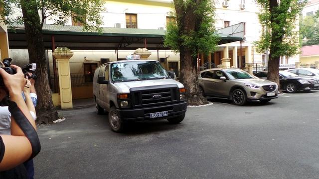 7h40, xe chở các bị cáo bị tạm giam đến tòa.