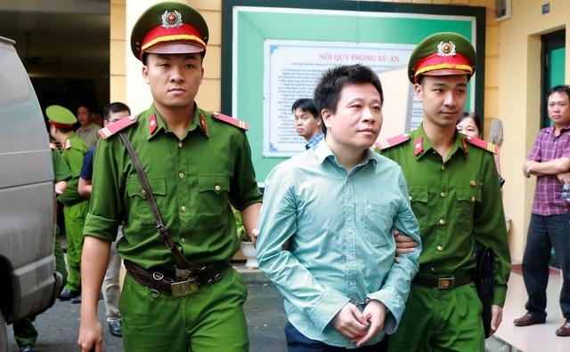 Hà Văn Thắm, cựu Chủ tịch HĐQT Oceanbank, bình thản đến tòa.