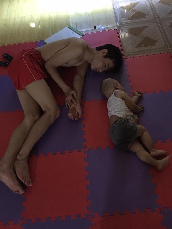 Những hình ảnh chứng minh mẹ là kẻ bị ra rìa, bố con chúng nó giống nhau như lột, đến cái dáng ngủ cũng copy - Ảnh 1.