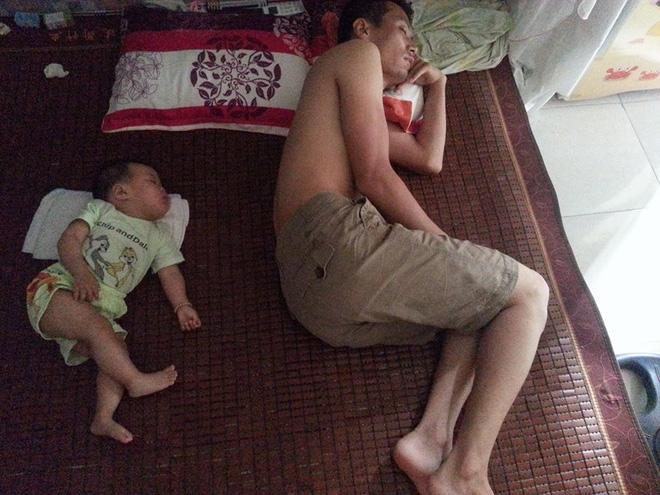 Những hình ảnh chứng minh mẹ là kẻ bị ra rìa, bố con chúng nó giống nhau như lột, đến cái dáng ngủ cũng copy - Ảnh 2.