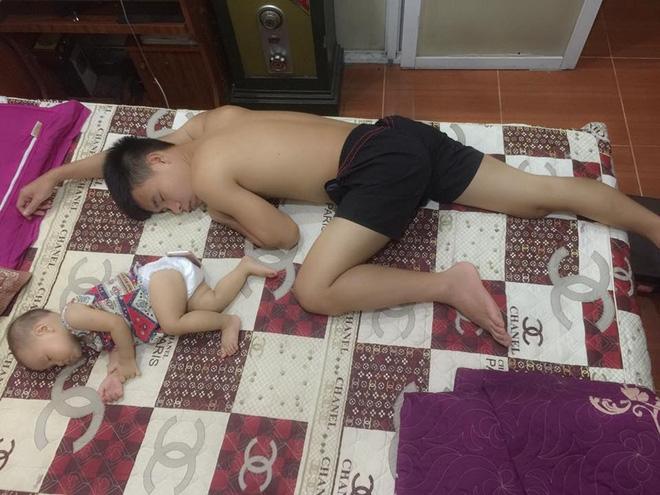 Những hình ảnh chứng minh mẹ là kẻ bị ra rìa, bố con chúng nó giống nhau như lột, đến cái dáng ngủ cũng copy - Ảnh 4.