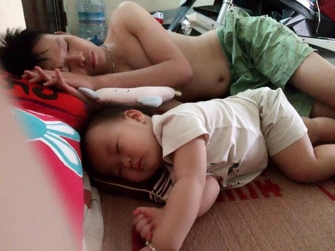 Những hình ảnh chứng minh mẹ là kẻ bị ra rìa, bố con chúng nó giống nhau như lột, đến cái dáng ngủ cũng copy - Ảnh 6.