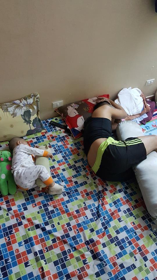 Những hình ảnh chứng minh mẹ là kẻ bị ra rìa, bố con chúng nó giống nhau như lột, đến cái dáng ngủ cũng copy - Ảnh 7.