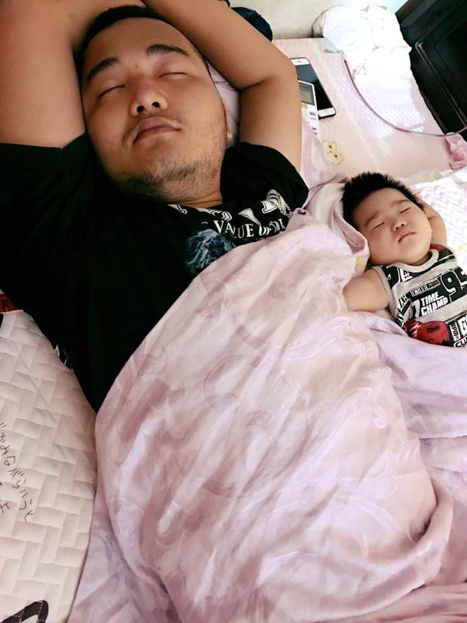 Những hình ảnh chứng minh mẹ là kẻ bị ra rìa, bố con chúng nó giống nhau như lột, đến cái dáng ngủ cũng copy - Ảnh 8.