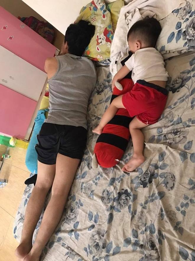 Những hình ảnh chứng minh mẹ là kẻ bị ra rìa, bố con chúng nó giống nhau như lột, đến cái dáng ngủ cũng copy - Ảnh 10.