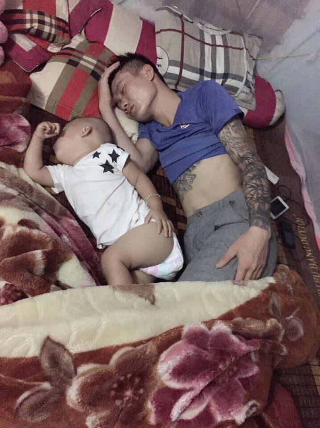 Những hình ảnh chứng minh mẹ là kẻ bị ra rìa, bố con chúng nó giống nhau như lột, đến cái dáng ngủ cũng copy - Ảnh 11.