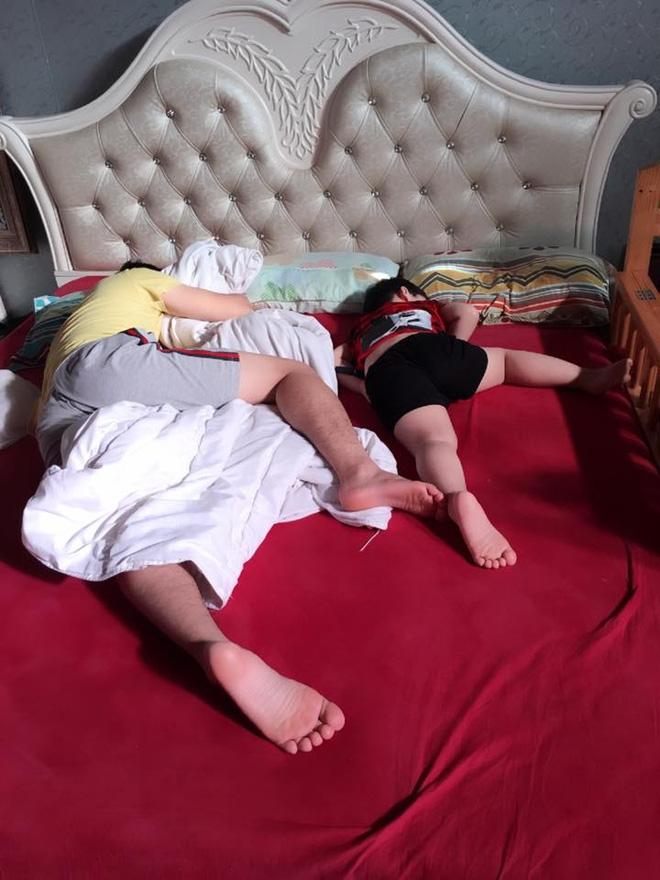 Những hình ảnh chứng minh mẹ là kẻ bị ra rìa, bố con chúng nó giống nhau như lột, đến cái dáng ngủ cũng copy - Ảnh 19.