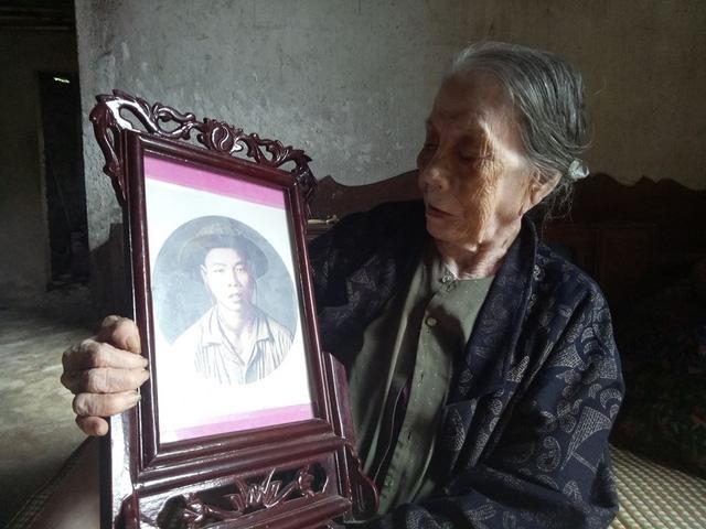 Cụ Lê Thị Yến bên di ảnh liệt sĩ Nguyễn Văn Hùng