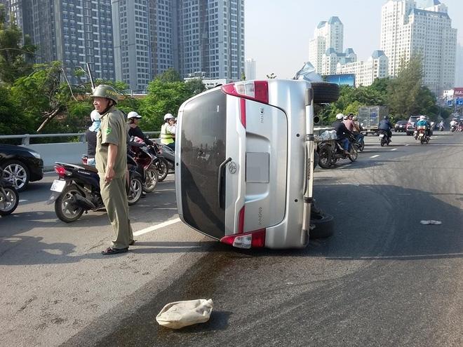 TP.HCM: Ô tô 7 chỗ lật nhào trên đường phố, tài xế bung cửa thoát thân - Ảnh 2.