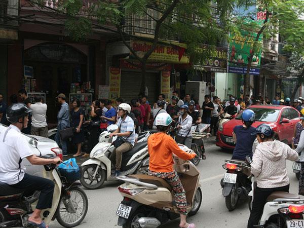 Phố Thụy Khuê tắc nghẽn vì dòng người ùn ùn đổ về mua bánh Trung thu gia truyền