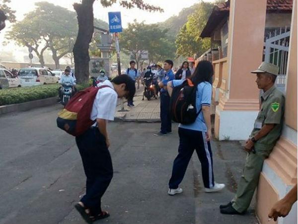 TP.HCM: Xúc động cảnh học sinh chuyên Lê Hồng Phong cúi chào bảo vệ