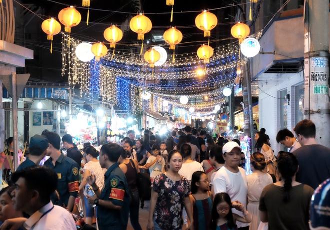Giữ xe phố lồng đèn Sài Gòn hốt bạc triệu mỗi ngày, tận dụng luôn trẻ con ra bắt khách - Ảnh 1.