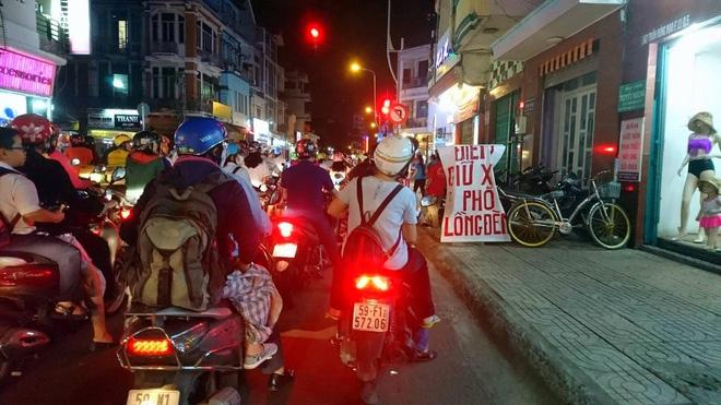 Giữ xe phố lồng đèn Sài Gòn hốt bạc triệu mỗi ngày, tận dụng luôn trẻ con ra bắt khách - Ảnh 2.