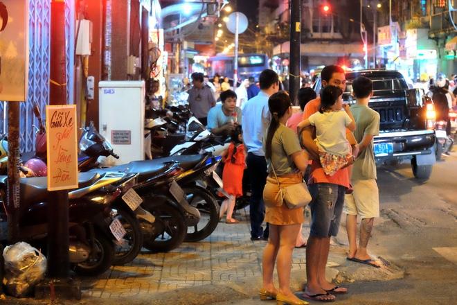 Giữ xe phố lồng đèn Sài Gòn hốt bạc triệu mỗi ngày, tận dụng luôn trẻ con ra bắt khách - Ảnh 4.