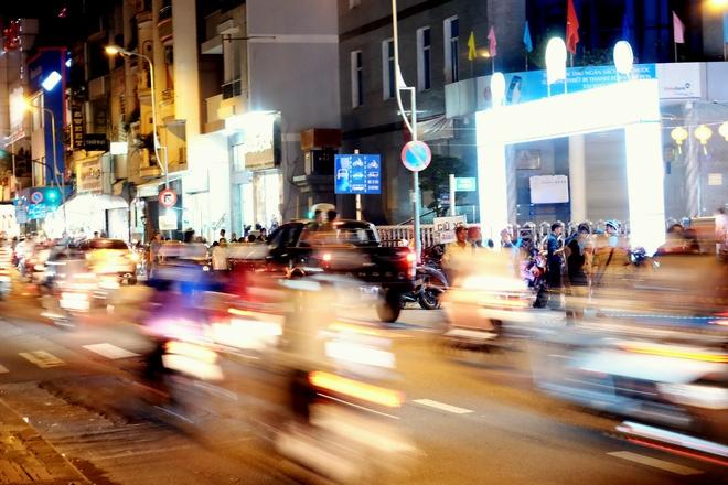Giữ xe phố lồng đèn Sài Gòn hốt bạc triệu mỗi ngày, tận dụng luôn trẻ con ra bắt khách - Ảnh 5.