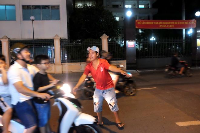Giữ xe phố lồng đèn Sài Gòn hốt bạc triệu mỗi ngày, tận dụng luôn trẻ con ra bắt khách - Ảnh 6.