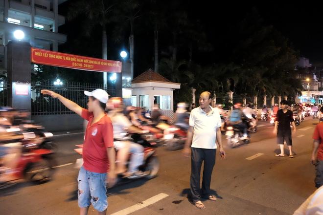 Giữ xe phố lồng đèn Sài Gòn hốt bạc triệu mỗi ngày, tận dụng luôn trẻ con ra bắt khách - Ảnh 7.