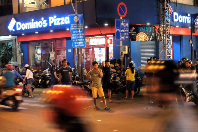 Giữ xe phố lồng đèn Sài Gòn hốt bạc triệu mỗi ngày, tận dụng luôn trẻ con ra bắt khách - Ảnh 8.