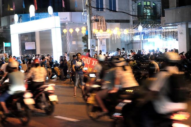 Giữ xe phố lồng đèn Sài Gòn hốt bạc triệu mỗi ngày, tận dụng luôn trẻ con ra bắt khách - Ảnh 9.