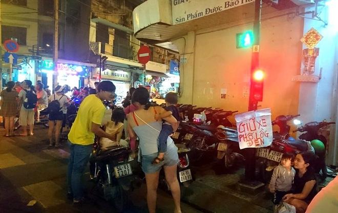 Giữ xe phố lồng đèn Sài Gòn hốt bạc triệu mỗi ngày, tận dụng luôn trẻ con ra bắt khách - Ảnh 10.