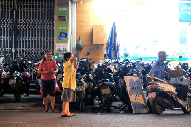 Giữ xe phố lồng đèn Sài Gòn hốt bạc triệu mỗi ngày, tận dụng luôn trẻ con ra bắt khách - Ảnh 11.