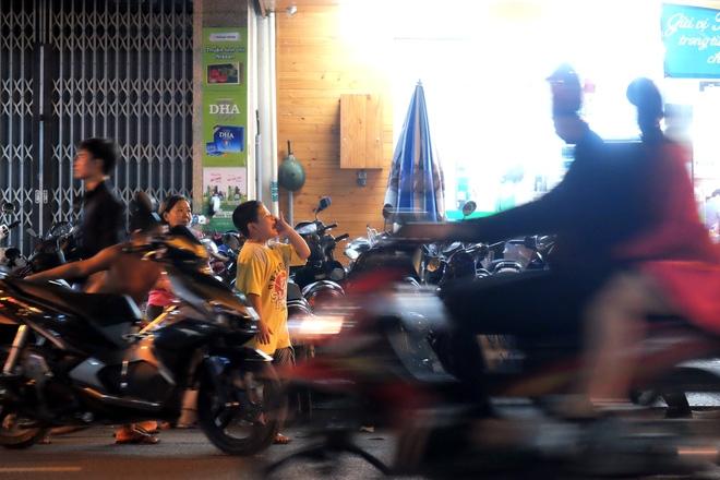 Giữ xe phố lồng đèn Sài Gòn hốt bạc triệu mỗi ngày, tận dụng luôn trẻ con ra bắt khách - Ảnh 12.