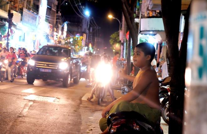 Giữ xe phố lồng đèn Sài Gòn hốt bạc triệu mỗi ngày, tận dụng luôn trẻ con ra bắt khách - Ảnh 13.