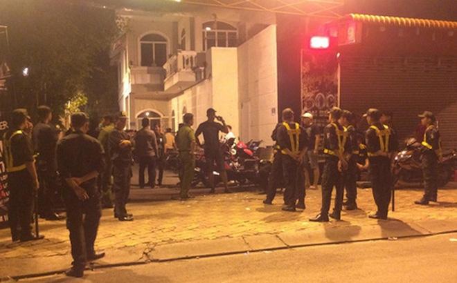 Hai thanh niên mang súng, dùi cui điện vào quán karaoke bắn, nhiều người bị thương