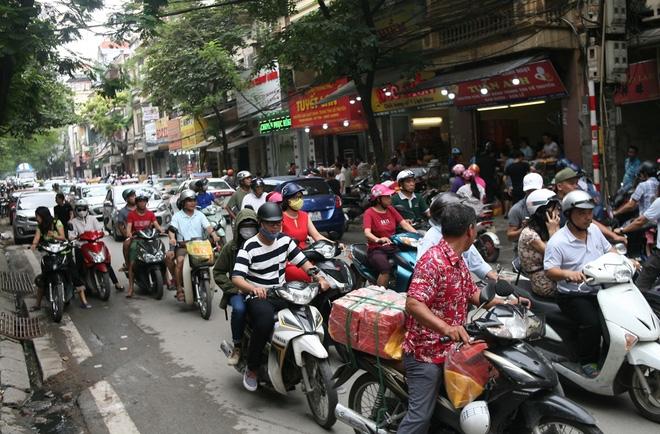 Hà Nội: Phố Thụy Khuê tắc nghẽn vì dòng người ùn ùn đổ về mua bánh Trung thu gia truyền - Ảnh 2.