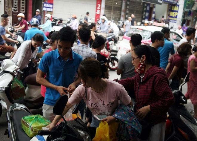 Hà Nội: Phố Thụy Khuê tắc nghẽn vì dòng người ùn ùn đổ về mua bánh Trung thu gia truyền - Ảnh 3.
