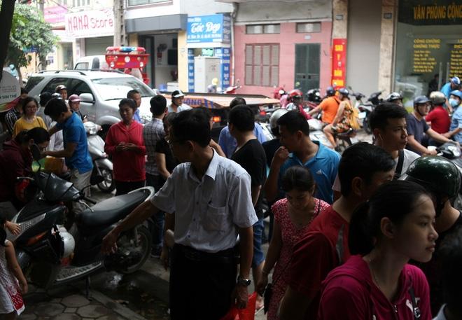 Hà Nội: Phố Thụy Khuê tắc nghẽn vì dòng người ùn ùn đổ về mua bánh Trung thu gia truyền - Ảnh 4.