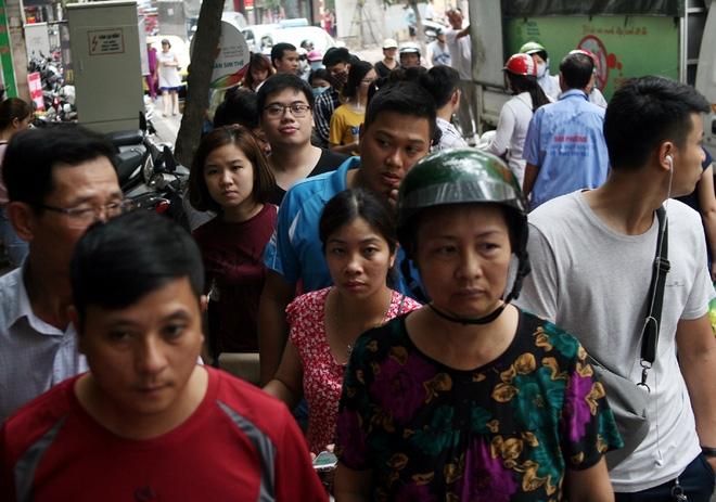 Hà Nội: Phố Thụy Khuê tắc nghẽn vì dòng người ùn ùn đổ về mua bánh Trung thu gia truyền - Ảnh 5.