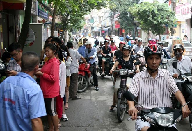 Hà Nội: Phố Thụy Khuê tắc nghẽn vì dòng người ùn ùn đổ về mua bánh Trung thu gia truyền - Ảnh 6.